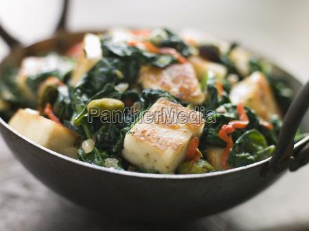 karai teller mit spinat und gebratenem