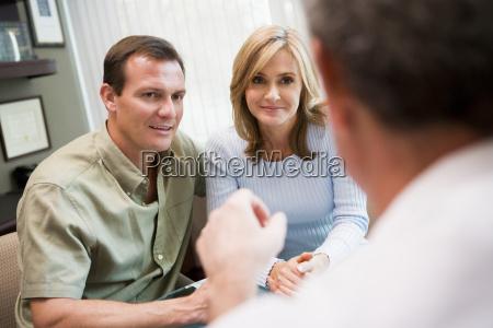 paar in absprache in ivf klinik