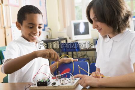 studenten in der klasse mit elektronischem