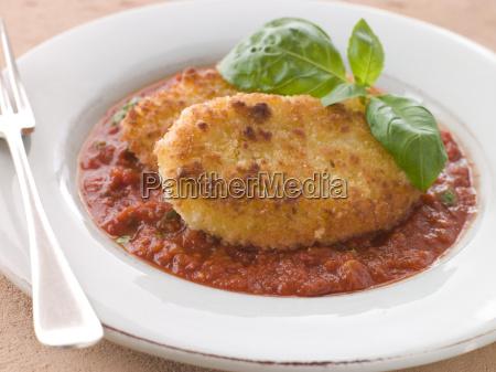 panierte mozzarella kaese mit tomate ragu
