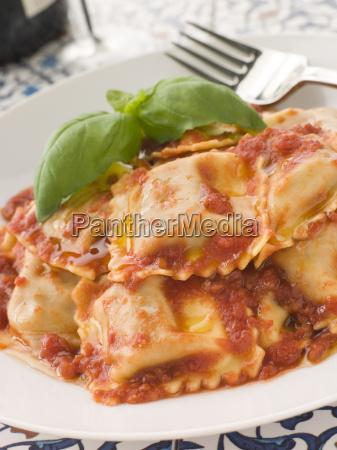 kalbfleisch und salbei ravioli mit tomaten