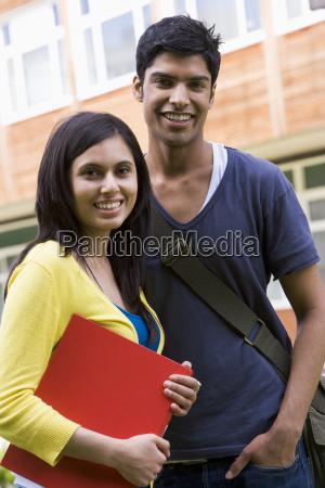 zwei studenten im freien laechelnde