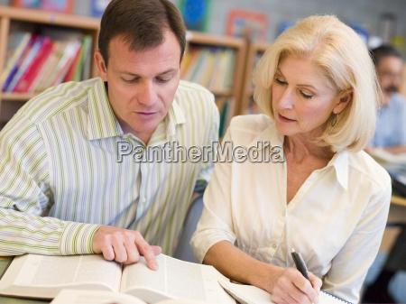 mann und frau in der bibliothek