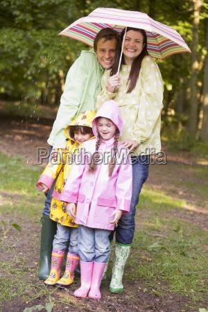 familie im freien im regen mit