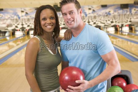 paare in der bowlingbahn mit ball