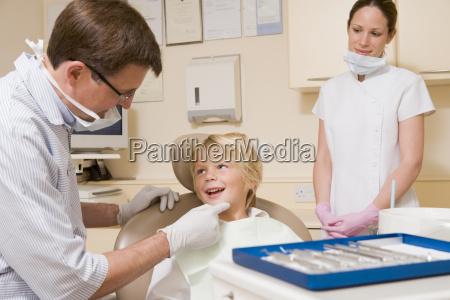 zahnarzt, und, assistent, im, prüfungsraum, mit - 2302591
