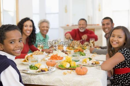 familie alle zusammen am weihnachtsabendessen