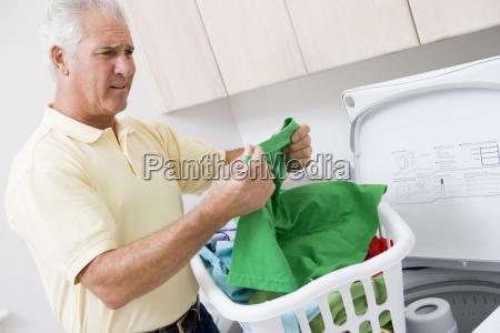 man reading washanleitung