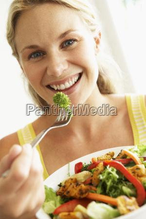 mittlere erwachsene fraueinen gesunden salat isst