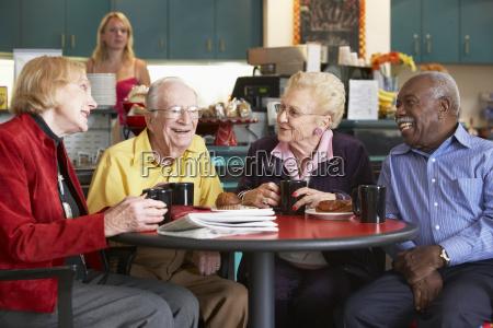 aeltere erwachsene morgen mit tee zusammen