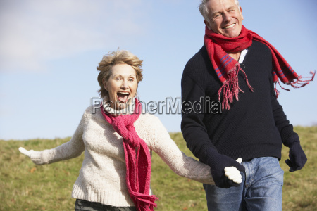 laufen aeltere paare im park