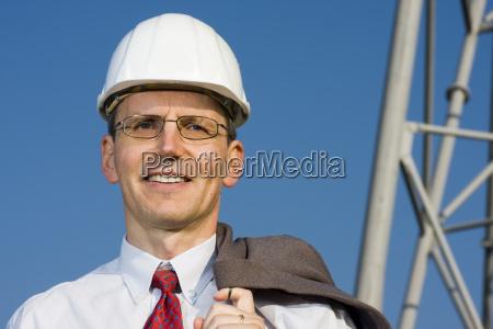 laechelnder architekt auf baustelle