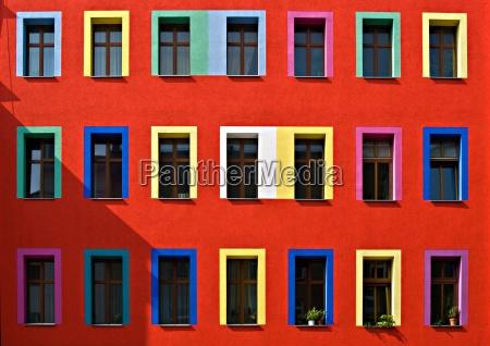 fenster in einem wohnhaus in berlin