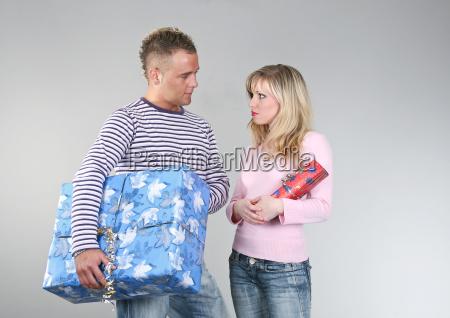 paar mit weihnachtsgeschenken