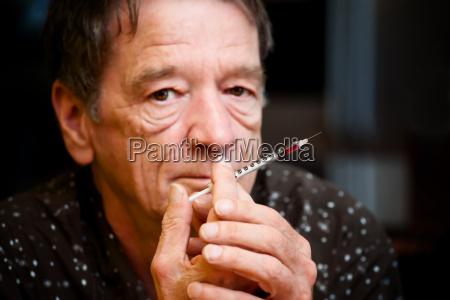 mann mit kleinen injektionsnadel