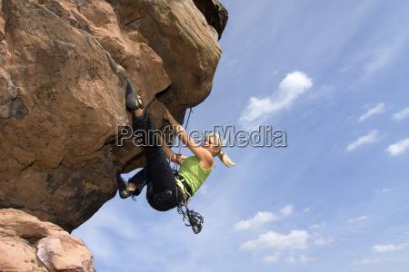 frau klettert in felswand
