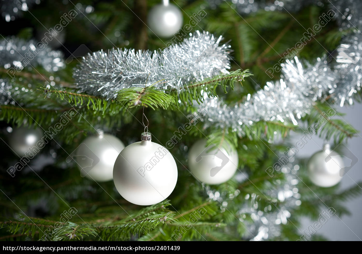silber geschm ckten weihnachtsbaum mit kugeln und. Black Bedroom Furniture Sets. Home Design Ideas