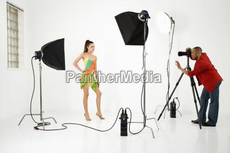 junge weibliche modell von maennlichen fotografen