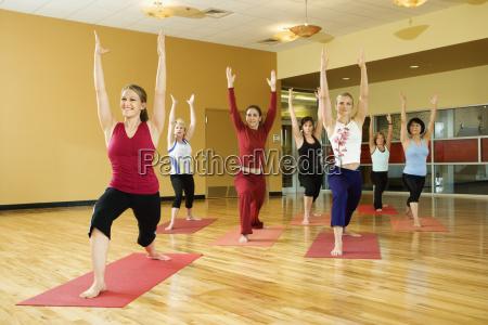 frauen in der yogaklasse