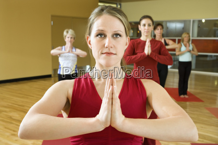 frauen in yoga klasse