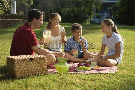 familie mit picknick