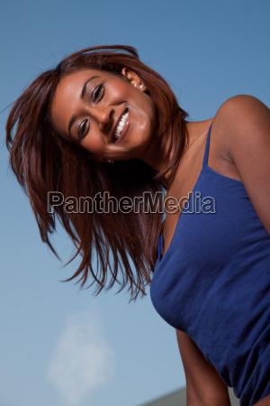 attraktive freundliche zwanziger jahre indian brunette