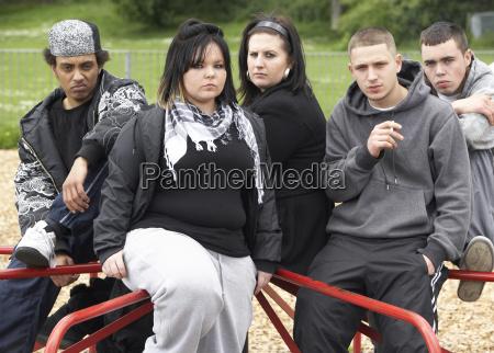 gruppe der jugendlichen im playground