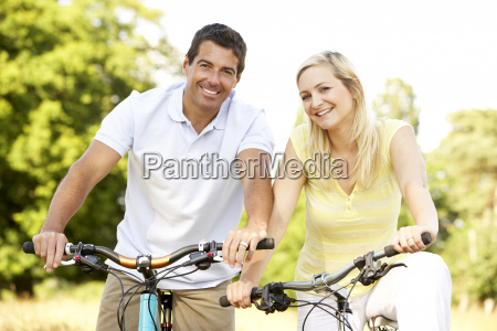paar-reiten, fahrräder, in, der, landschaft - 2530045