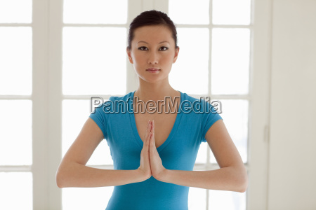 mujer asiatica practicando yoga