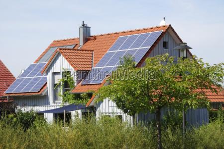 haus gebaeude energie strom elektrizitaet erneuerbar