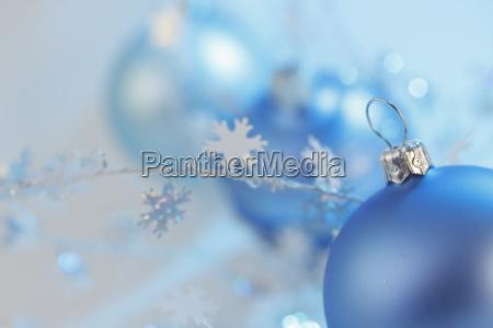 drei blaue christbaumkugeln