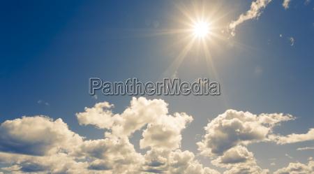 helle sonne am blauen himmel mit