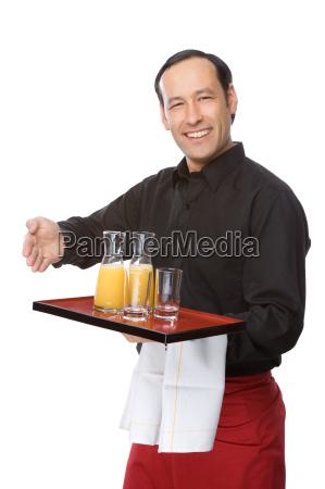 kellner serviert orangensaft