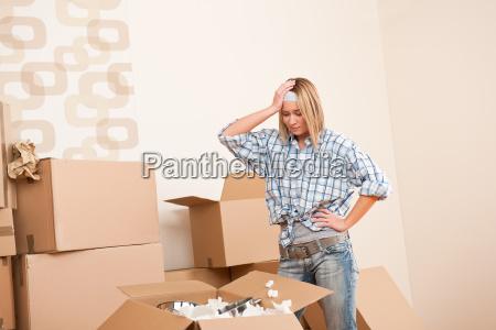 haus frau auspacken feld mit kueche