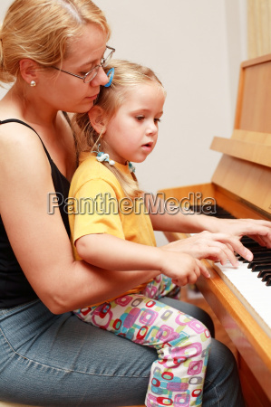 mutter und tochter spielen klavier