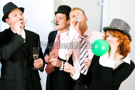 eher abgefahrene party mit verkleidung