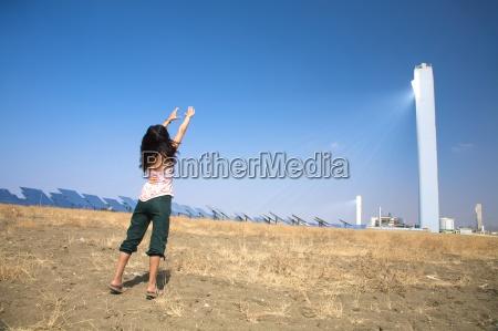 frau turm begruessung industrie spanien energie