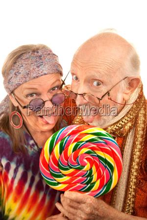 hippie senioren einen lutscher lecken