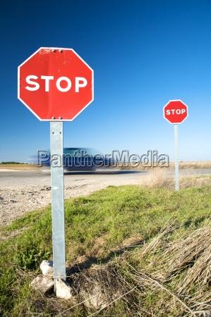 schnelles auto mit stoppschilder