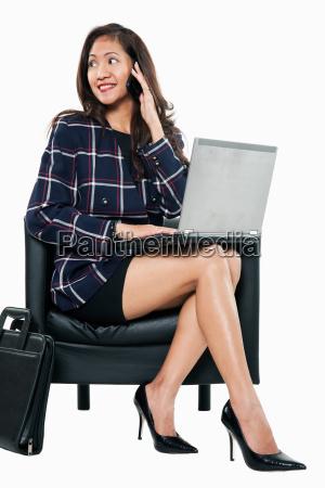 junge attraktive dreissiger jahre asiatische geschaeftsfrau