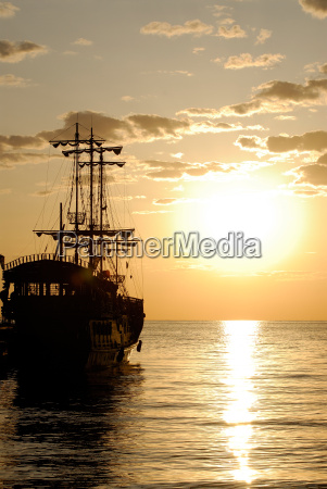 piratenschiff auf hintergrund sonnenaufgang