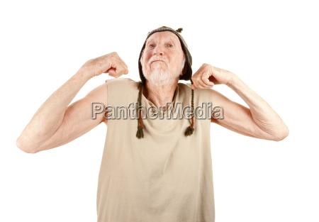 aelterer mann im barett