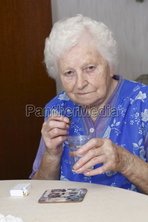 oma nimmt tabletten 2