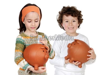 zwei glueckliche kinder mit sparbuechseneinsparungen