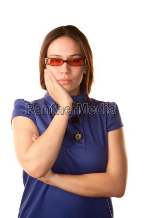 huebsche junge frau in blauem kleid