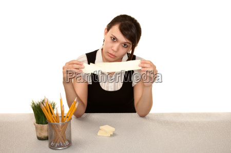 bored weibliche bueroangestellte an ihrem schreibtisch