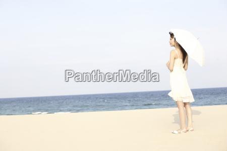 japanese woman put up an sunshade