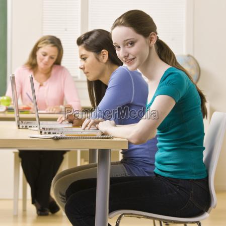 schüler, nutzen, laptops, im, klassenzimmer - 2832239