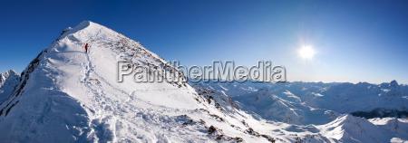 bergsteiger auf gipfelgrat panorama