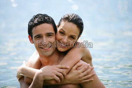 portraet der laechelnden paar in badebekleidung